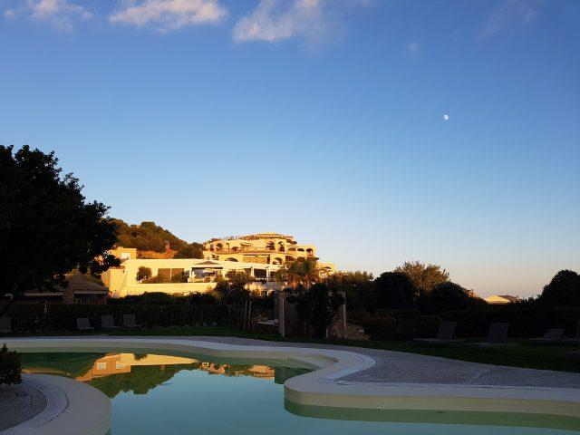 Während der Physio-Behandlung kann man beim Sonnenuntergang den Blick auf den Pool genießen... (Foto: Reng)