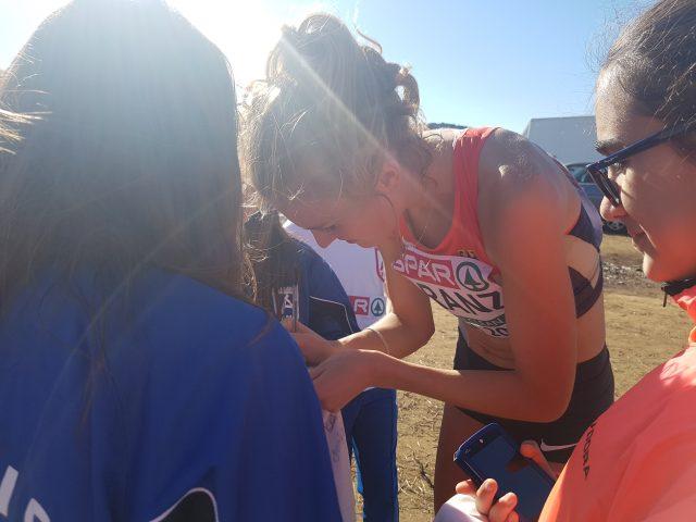 Meine Teamkollegin Caterina Granz gibt nach ihrem starken Rennen Autogramme für ein paar kleine Fans (Foto: Reng)