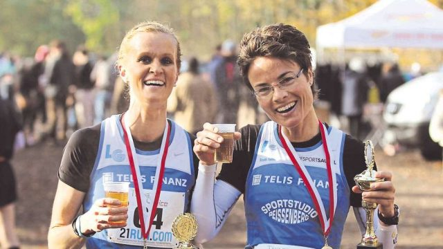 Bei der LG Telis Finanz fand Steffi Volke einen Trainer und ein starkes Team. Hier jubelt sie mit Marathon-Kollegin Julia Galuschka. (Foto: Kiefner)